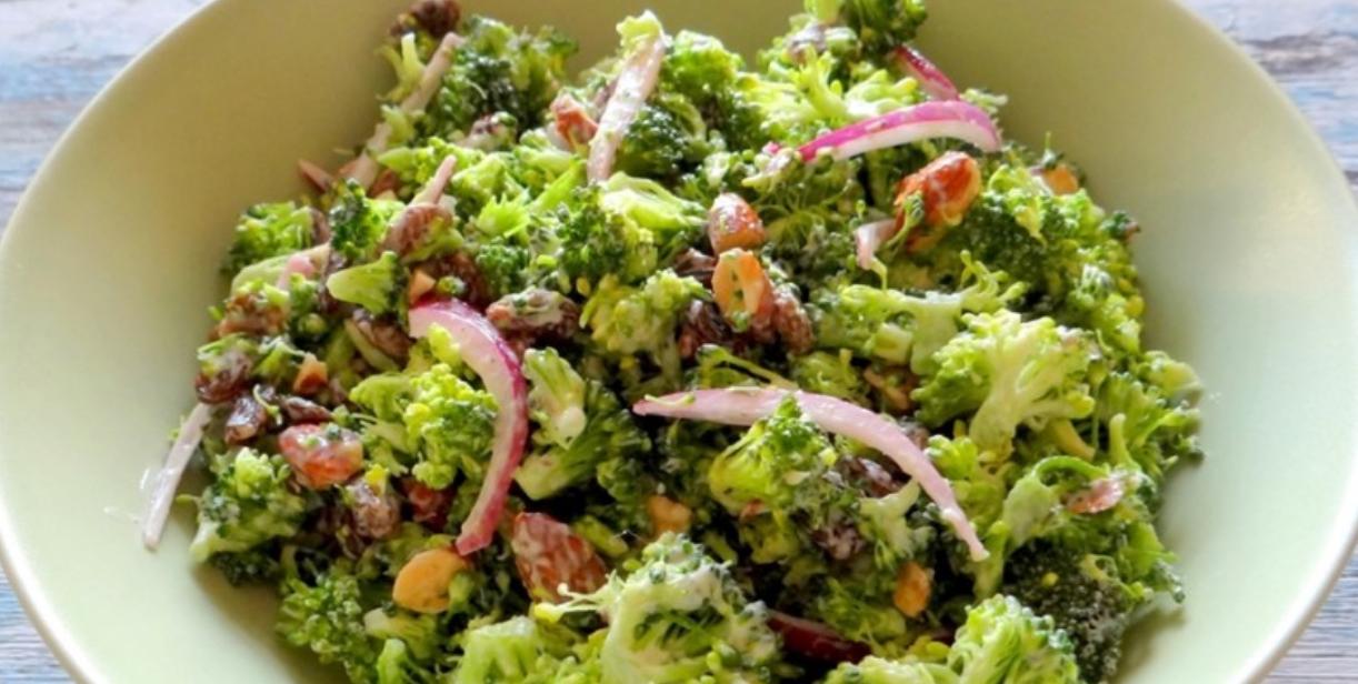 Broccolisalade met rode ui en amandelen